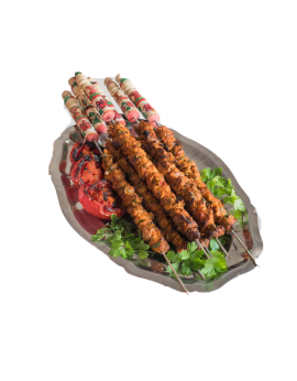 Brochettes d'agneau à la salade marocaine
